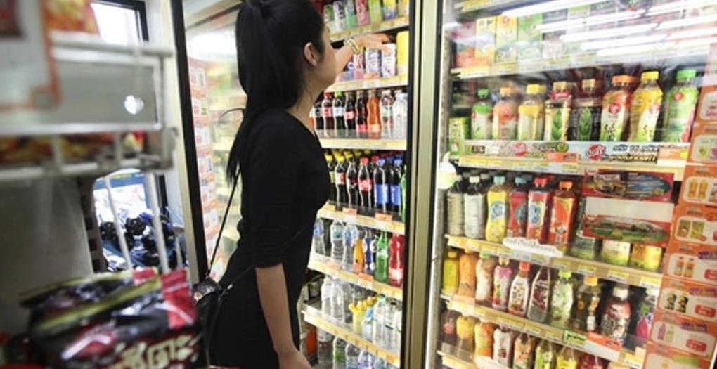 Sexy Thai girl shopping 7Eleven